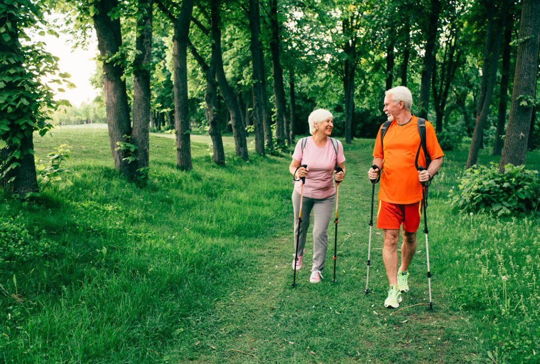 Couple Senior Marche à Pieds
