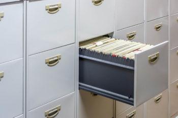 Armoire avec tiroir plein de fichiers d'etat civils