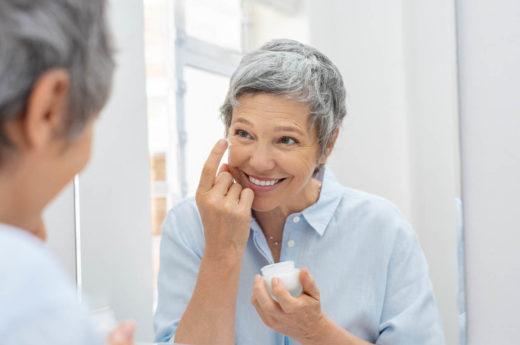 Femme Senior application anti vieillissement crème