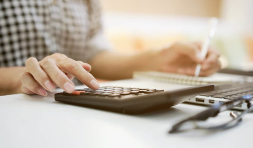 grand-mère main appuyez sur calculatrice pour calculer minimum vieillesse