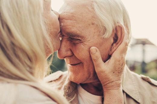 vieil homme embrassé par dame