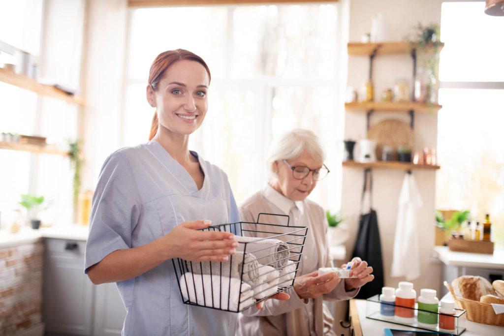 femme aide a domicile avec une femme agee