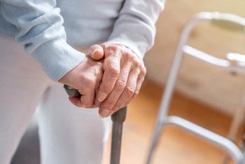 femme agee avec sa canne