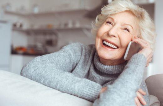 Femme Senior Seule Telephone