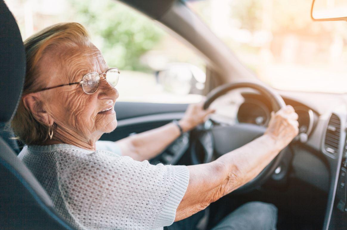 Femme Senior Au Volant Conduite