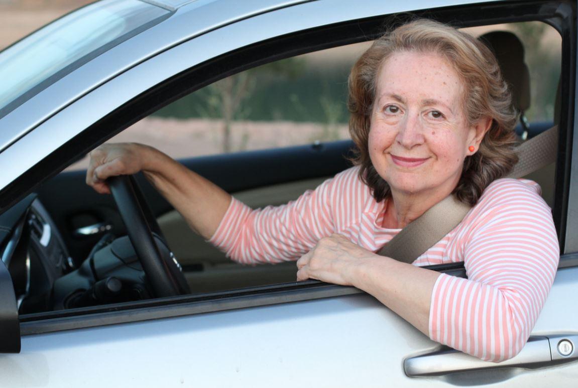 Femme Senior Conduit Voiture