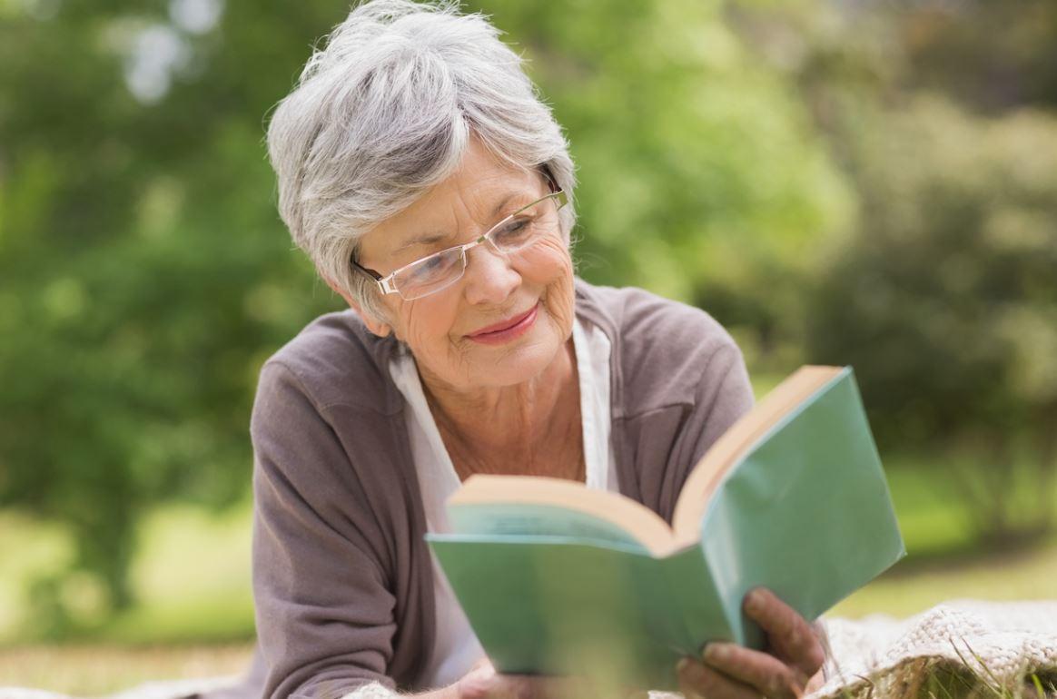 Senior Lit Un Livre