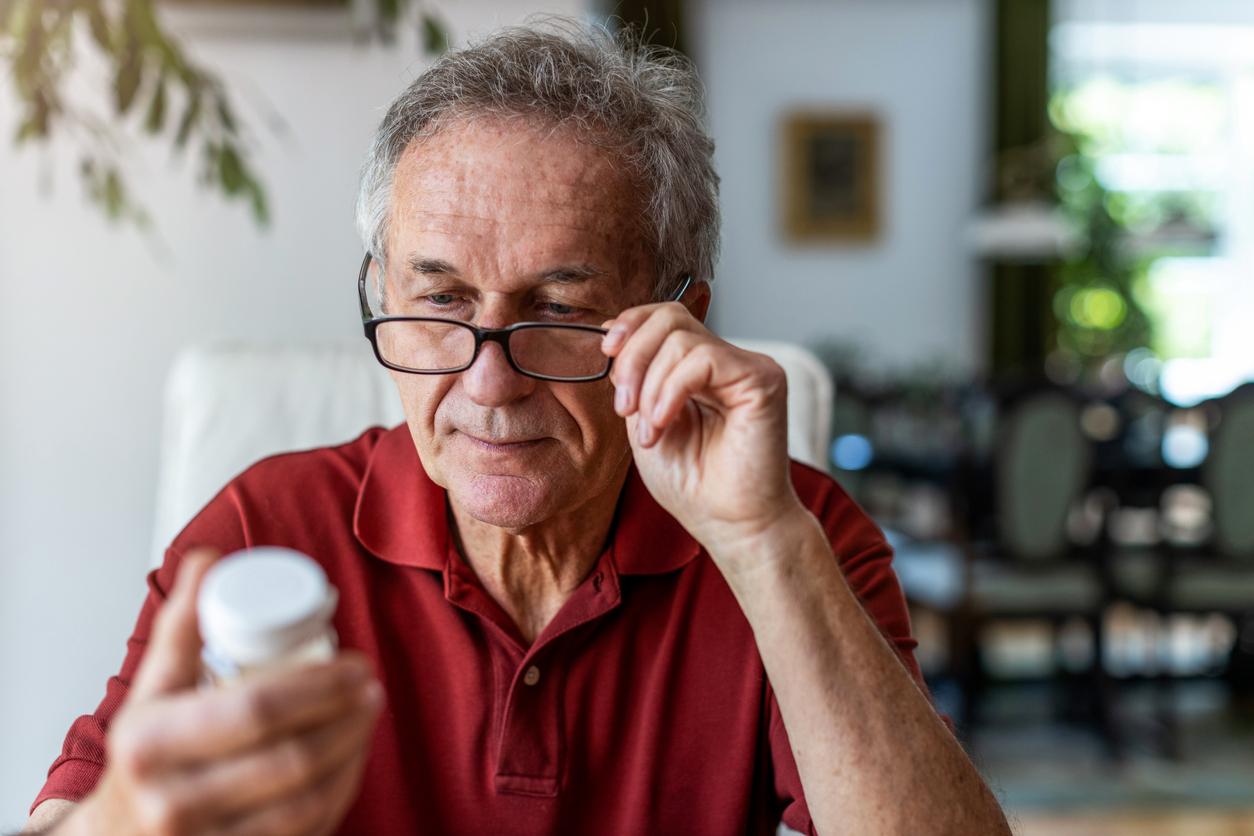 Senior regardant boite de vitamines