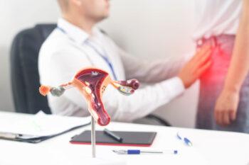 médecin gynécologue effectue un examen médical d'une fille qui a la douleur dans le bas-ventre