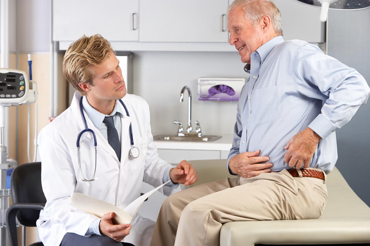 médecin examine un Patient avec les douleurs aux hanches