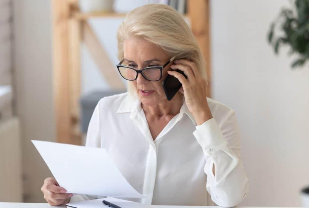 Femme Senior Au Téléphone