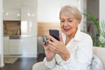Femme Senior Avec Téléphone