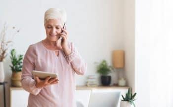 Femme Senior Téléphone Tablette