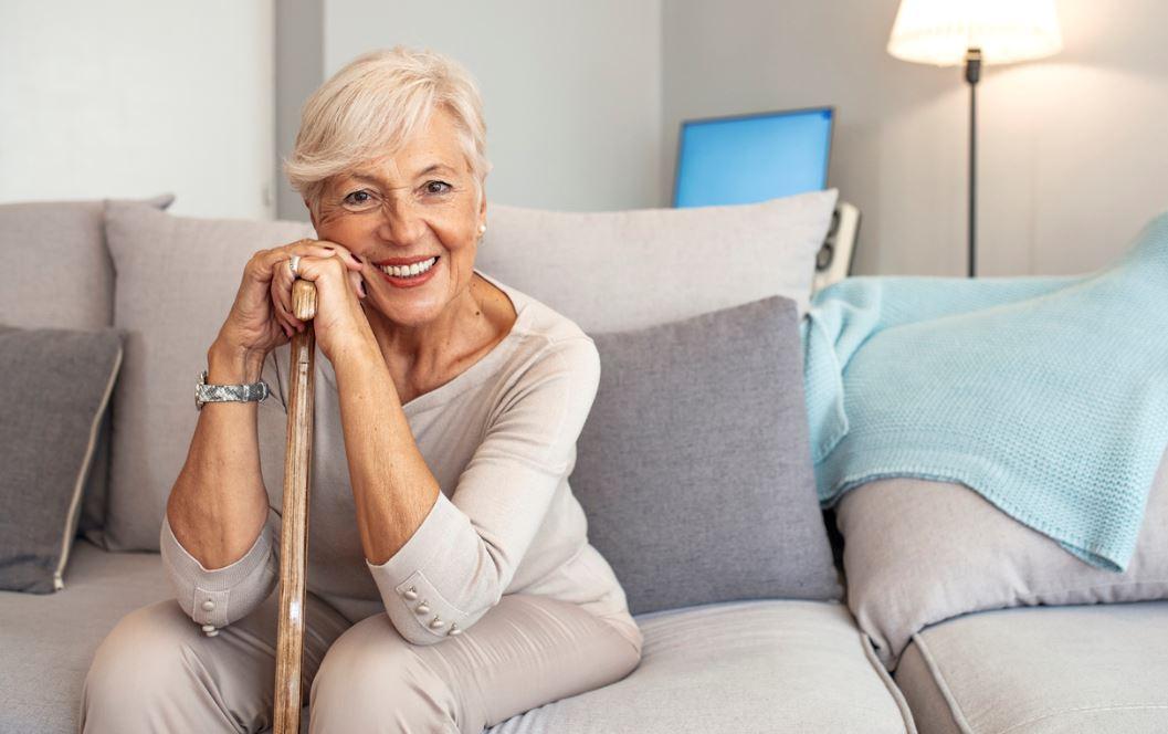 Femme Senior Souriante A Domicile