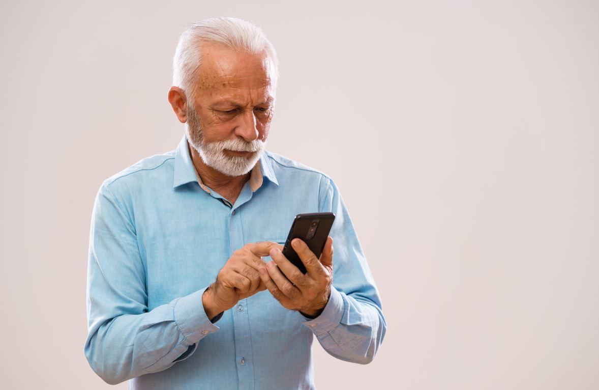 Homme Senior Avec Smartphone